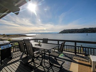 Bayfront home with views, cable, patio and wood-burning fireplace!