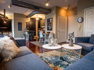 Cozy downtown condo offers quick walk to Beale, FREE GATED parking, & king bed