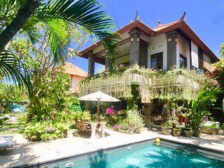 VILLA BAPAK, LUXURY 2 BDRM VILLA, POOL, LARGE GARDEN, WITH BEACHFRONT ACCESS
