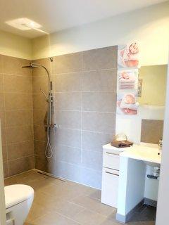 Salle de douche coté terrasse accessible aux personnes à mobilité réduite