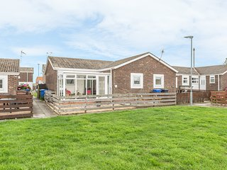THE SNUG, single-storey cottage, enclosed decked area, close to beach, in Beadne