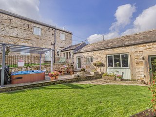 COBBLERS BARN, stone-built, character cottage, woodburner, en-suite, hot tub, ne