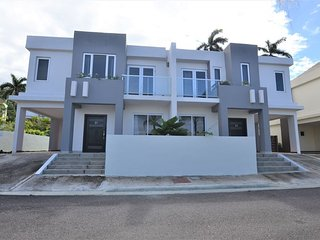 Modern 3 Bedroom townhouse IN MONTEGO BAY, Housekeeping, SHARED POOL - Carol