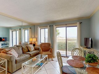 NEW LISTING! Waterfront condo w/ balcony & Gulf view plus shared pool & hot tub