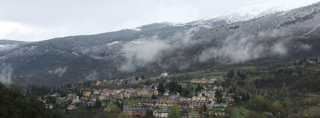 Vista general de Planoles al pie del Puigmal.