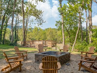 2 Decks Overlooking the Shenandoah River w/Hot tub and Fire Pit!