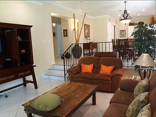 LOS SUENOS Colina - Open Kitchen, sunken LR, Patio, Excellent for Entertaining!