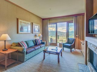 Pair of modern condos w/ beautiful views of the Cascades, shared pool/hot tub!