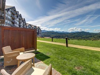 Bright condo with stunning views of the Cascades, shared pool, and hot tub!