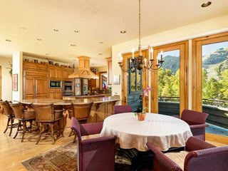 Spacious Family Home Easy Walk to Town. Aspen Mountain Views. Elevator, Garage,