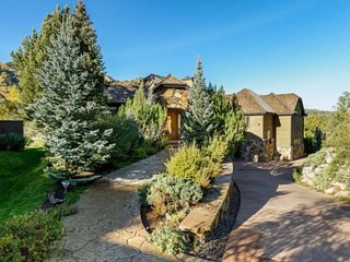 Spacious Family Home Easy Walk to Town. Aspen Mountain Views. Elevator, Garage,
