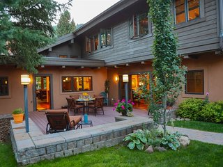 Edelweiss Luxury Vacation Home: Walk into town