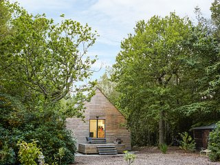 BOXWOOD RETREAT, woodland, eco property, in Beckley