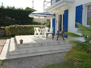 2 bedroom Apartment with WiFi and Walk to Beach & Shops - 5036694