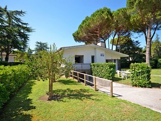3 bedroom Villa with Air Con and Walk to Beach & Shops - 5795110