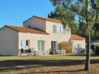 2 bedroom Apartment in Dolus-d'Oleron, Nouvelle-Aquitaine, France : ref 5436506
