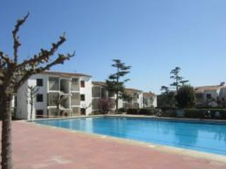 2 bedroom Apartment with Pool and Walk to Beach & Shops - 5246972