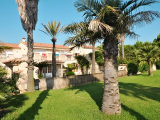 2 bedroom Villa with WiFi and Walk to Beach & Shops - 5638219