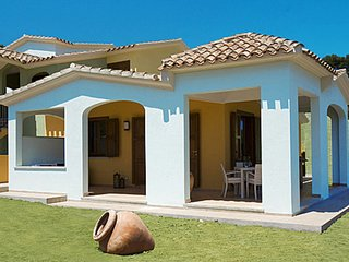2 bedroom Villa with Air Con, WiFi and Walk to Beach & Shops - 5646634