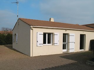 2 bedroom Villa in Saint-Vincent-sur-Jard, Pays de la Loire, France : ref 554254