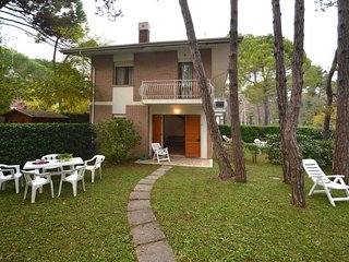 2 bedroom Apartment with Air Con and Walk to Beach & Shops - 5641369