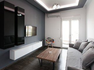 Renovated 2 bedroom apt in Larissis Railway Station and Metro