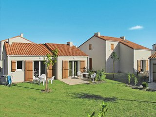 Noirmoutier-en-l'Ile Holiday Home Sleeps 6 with Pool and WiFi - 5642407