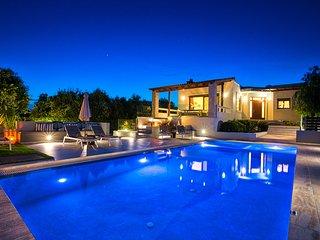 Villa Ampelaki, Perfect location & Perfect layout!