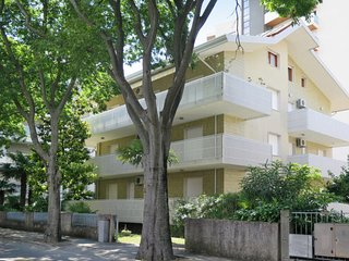 2 bedroom Apartment with Air Con and Walk to Beach & Shops - 5795140