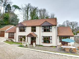 Dan-y-Coed: Detached house - minutes walk of the Glen Beach in Saundersft PW217