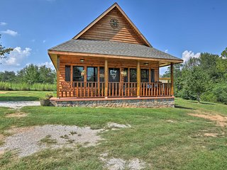Log Cabin w/Great Yard- 2 Miles to Lake Hamilton!