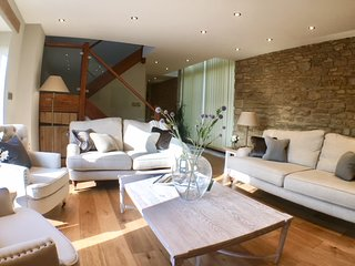 Luxury Barn with private Hot Tub near Woodstock and Blenheim Palace