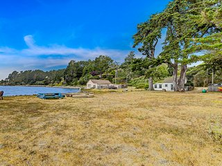 Marshall Cottage On the shore of Tomales Bay  with Kayaks/Paddleboards