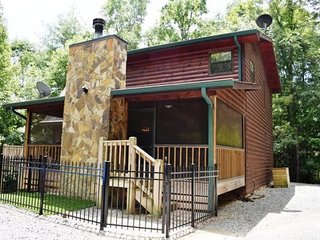 A Woodland Retreat -  3BR/ 3BA, Sleeps 8, Pet Friendly, WiFi, King Beds, Jacuzzi