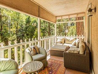 """The Cottage"" -- Charming 2BR+Loft w/ Deck – Near Lake Arrowhead Village!"