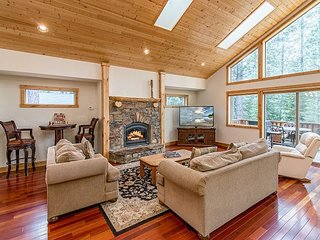 Custom 4BR/3BA South Lake Tahoe Home with Hot Tub, Near Kirkwood & Heavenly