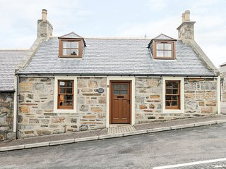 SEA BREEZE COTTAGE, enclosed courtyard, in Cullen