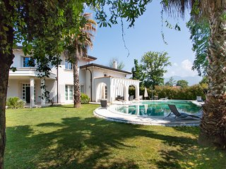 Villa Michelangelo with pool in Forte dei Marmi