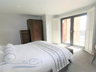 South Quay - One Bedroom Apartment with Dual Balcony