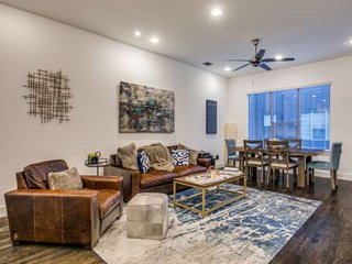 Chic Townhome w/ Private Rooftop Oasis in the Heart of Uptown/Downtown Dallas, 4