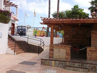 Parque infantil y barbacoa, zona de piscina