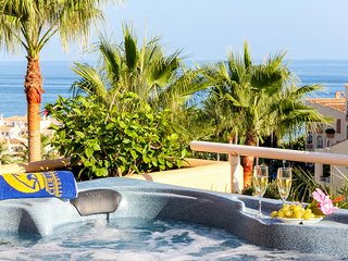 Holiday luxury at Malibu Mansions, private hot tub, seaview, beach nearby