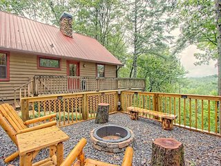 NEW LISTING! Hillside cabin w/fireplace, pool table, firepit & gas grill