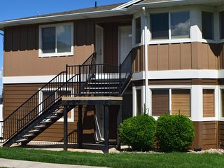 NEW LISTING! Comfy condo overlooking Bear Lake w/shared pool, hot tub & tennis