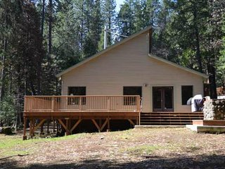 NEW LISTING! Lovely cabin w/full kitchen, gas fireplace & shared pool -near golf