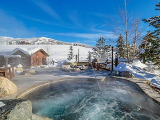 NEW LISTING! Cozy condo w/balcony, shared pool, hot tub, gym - gondola to slopes