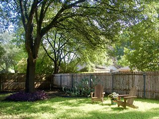 Dog-friendly house with private hot tub & enclosed backyard!