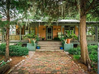 Historic bungalow w/ a beautiful porch & yard - in the heart of Saint Augustine
