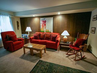 Cozy Condo With Great Complex Amenities! Centrally Located.