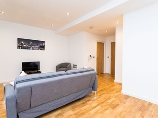 Modern Luxury Two Bedroom Apartment Withing a Leafy Avenue Moments from London